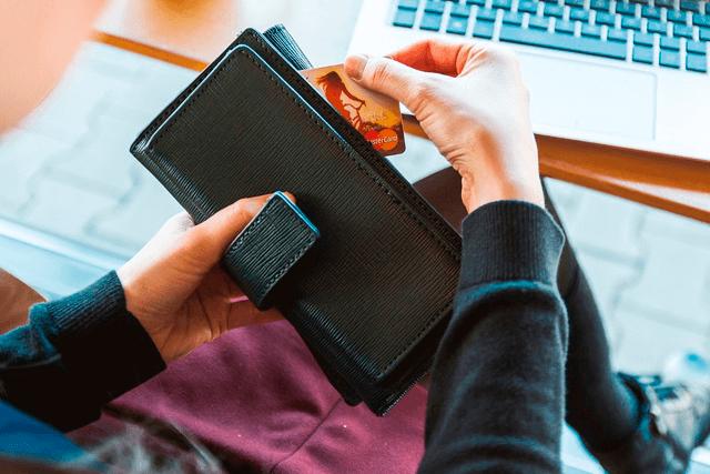 Mujer aprende cómo usar tu tarjeta de crédito que saca de su billetera